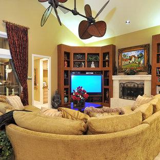 Пример оригинального дизайна: открытая гостиная комната в морском стиле с бежевыми стенами, стандартным камином и угловым ТВ