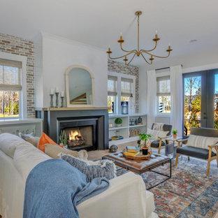 Klassisches Wohnzimmer mit grauer Wandfarbe, braunem Holzboden, Kamin, braunem Boden und Ziegelwänden in Richmond
