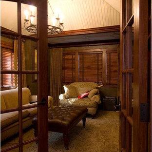 Cette photo montre une salle de séjour avec une bibliothèque ou un coin lecture chic de taille moyenne et fermée avec un mur vert, moquette, aucune cheminée, aucun téléviseur et un sol vert.