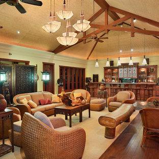 Idées déco pour une grand salle de séjour asiatique ouverte avec un bar de salon, un mur vert, un sol en bois brun, aucune cheminée et aucun téléviseur.