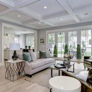 Idee per un grande soggiorno stile americano aperto con pareti grigie, parquet chiaro, camino classico, cornice del camino in legno, TV a parete e pavimento bianco