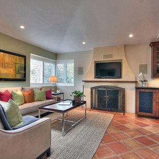 Foto de sala de estar abierta, pequeña, con paredes beige, suelo de baldosas de terracota y televisor colgado en la pared