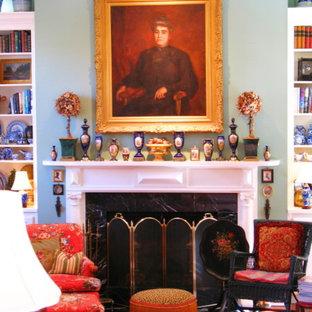 Idee per un grande soggiorno classico chiuso con libreria, pareti verdi, pavimento in legno massello medio, camino classico e cornice del camino in legno