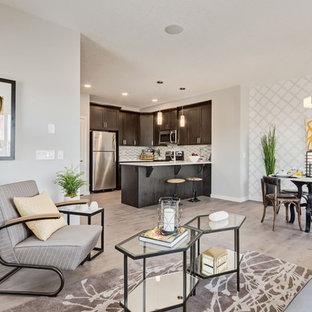 Aménagement d'une grande salle de séjour contemporaine ouverte avec un mur gris, un sol en linoléum, une cheminée standard et un sol marron.