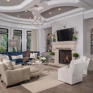Klassisches Wohnzimmer mit beiger Wandfarbe, braunem Holzboden und Kamin in Sonstige