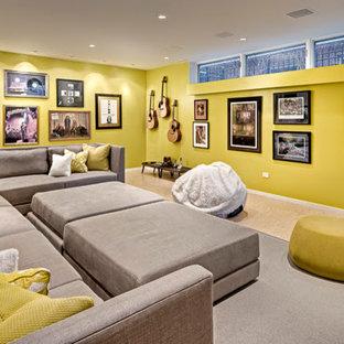 Immagine di un soggiorno minimal di medie dimensioni e chiuso con sala della musica, pareti gialle e parquet chiaro