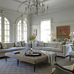 ニューヨークの大きいトラディショナルスタイルのおしゃれな独立型ファミリールーム (白い壁、無垢フローリング、暖炉なし、テレビなし、茶色い床) の写真