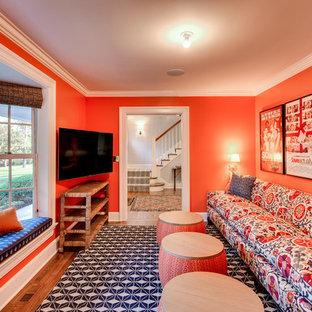 Réalisation d'une salle de séjour tradition fermée avec un mur orange, un sol en bois foncé et un téléviseur indépendant.