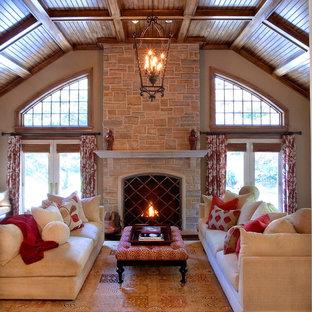 Foto de sala de estar tradicional con marco de chimenea de piedra