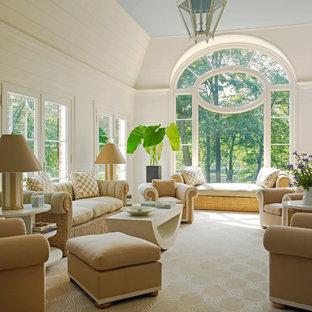 Ispirazione per un soggiorno tradizionale con pareti bianche e moquette