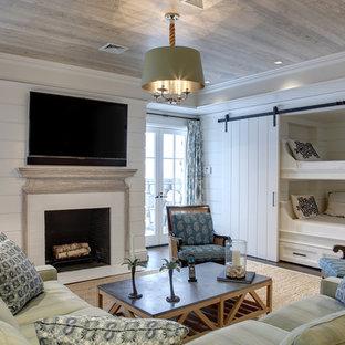 ニューヨークの大きいトラディショナルスタイルのおしゃれなファミリールーム (標準型暖炉、レンガの暖炉まわり、白い壁、無垢フローリング、茶色い床) の写真
