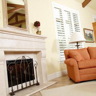 マイアミの大きいミッドセンチュリースタイルのおしゃれなファミリールーム (黄色い壁、標準型暖炉、セラミックタイルの床、タイルの暖炉まわり) の写真