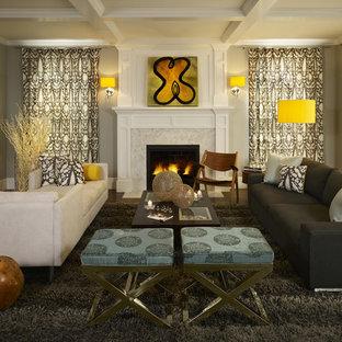 Imagen de sala de estar contemporánea con marco de chimenea de baldosas y/o azulejos