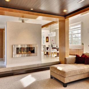 Modelo de sala de estar abierta, contemporánea, grande, sin televisor, con chimenea lineal, paredes blancas, suelo de travertino, marco de chimenea de metal y suelo beige