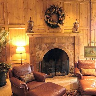 オマハの巨大なラスティックスタイルのおしゃれな独立型ファミリールーム (ゲームルーム、ベージュの壁、カーペット敷き、標準型暖炉、石材の暖炉まわり、埋込式メディアウォール) の写真