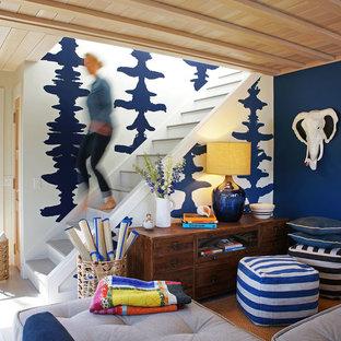 Foto di un soggiorno minimal di medie dimensioni e chiuso con pareti blu, libreria, parquet chiaro e pavimento beige