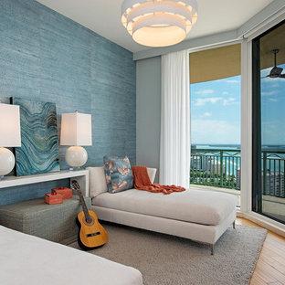 Idées déco pour une salle de séjour bord de mer fermée avec une salle de musique, un mur bleu, un sol en bois brun, aucune cheminée et un sol marron.