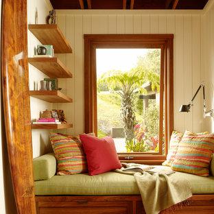 ハワイのトロピカルスタイルのおしゃれなファミリールーム (ベージュの壁、無垢フローリング) の写真