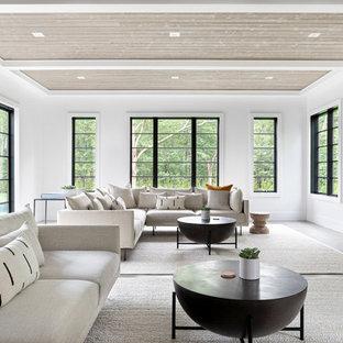 Immagine di un grande soggiorno stile marino aperto con pareti bianche, parquet scuro, camino sospeso, cornice del camino in pietra, TV autoportante e pavimento grigio
