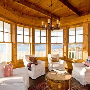 Foto de sala de estar cerrada, rústica, con suelo de madera oscura