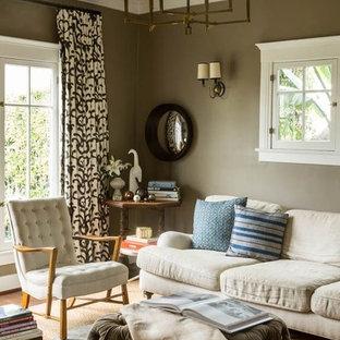 Modelo de sala de estar con biblioteca cerrada, bohemia, pequeña, con paredes marrones, suelo de madera oscura y televisor colgado en la pared