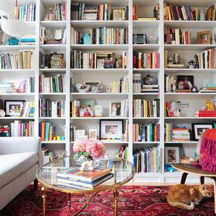 Imagen de sala de estar con biblioteca abierta, retro, pequeña, sin chimenea y televisor, con paredes blancas