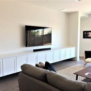 Immagine di un grande soggiorno tradizionale aperto con sala giochi, pareti bianche, pavimento con piastrelle in ceramica, nessun camino, TV a parete e pavimento beige