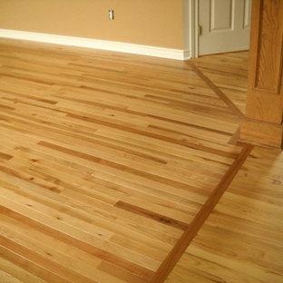 Foto di un grande soggiorno chic con pareti beige, parquet chiaro e pavimento marrone