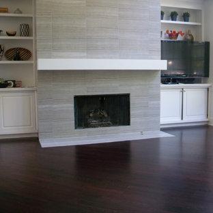 Неиссякаемый источник вдохновения для домашнего уюта: открытая гостиная комната среднего размера в современном стиле с белыми стенами, темным паркетным полом, стандартным камином, фасадом камина из плитки, угловым ТВ и коричневым полом