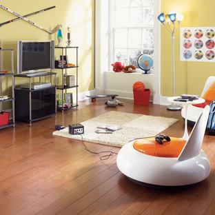 Esempio di un soggiorno classico di medie dimensioni e chiuso con sala giochi, pareti beige, pavimento in vinile, nessun camino, TV autoportante e pavimento marrone