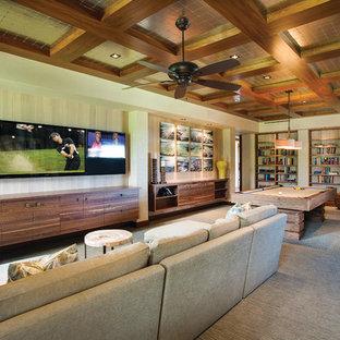 バンクーバーのトロピカルスタイルのおしゃれなファミリールーム (ゲームルーム、ベージュの壁、カーペット敷き、壁掛け型テレビ) の写真