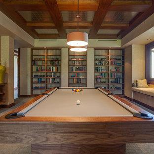 バンクーバーのトロピカルスタイルのおしゃれな独立型ファミリールーム (ゲームルーム、ベージュの壁、カーペット敷き、暖炉なし) の写真