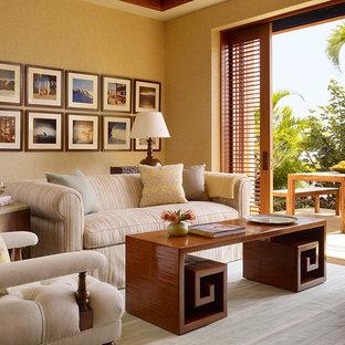 ハワイの中サイズのトロピカルスタイルのおしゃれなファミリールーム (ベージュの壁、無垢フローリング) の写真