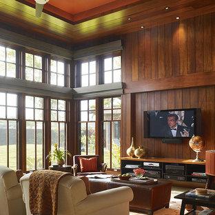 ハワイのトロピカルスタイルのおしゃれなファミリールーム (茶色い壁、壁掛け型テレビ) の写真