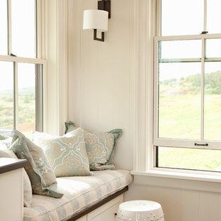 Ispirazione per un ampio soggiorno tropicale chiuso con sala giochi, pareti bianche, pavimento in legno massello medio e TV a parete