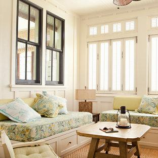 Foto di un ampio soggiorno tropicale aperto con pareti bianche, moquette, nessun camino e TV autoportante