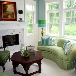 ミネアポリスの中くらいのコンテンポラリースタイルのおしゃれな独立型ファミリールーム (タイルの暖炉まわり、青い壁、カーペット敷き、標準型暖炉、ベージュの床) の写真