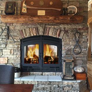 リッチモンドの中サイズのトラディショナルスタイルのおしゃれなファミリールーム (両方向型暖炉、レンガの暖炉まわり) の写真