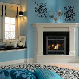 ミネアポリスのトラディショナルスタイルのおしゃれなファミリールーム (青い壁、コーナー設置型暖炉) の写真