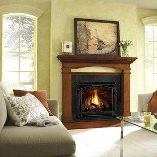デンバーの中サイズのトラディショナルスタイルのおしゃれなファミリールーム (濃色無垢フローリング、標準型暖炉、木材の暖炉まわり、茶色い床) の写真