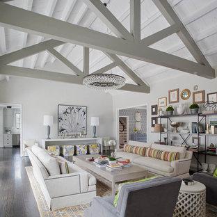 Diseño de sala de estar cerrada, campestre, grande, sin chimenea, con paredes grises, suelo de madera oscura y suelo marrón