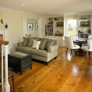 Ispirazione per un soggiorno in campagna di medie dimensioni e chiuso con pareti beige, pavimento in legno massello medio, camino classico, cornice del camino in mattoni e pavimento arancione