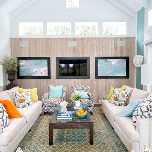 Esempio di un grande soggiorno tropicale aperto con TV a parete, pareti multicolore, pavimento in legno massello medio, nessun camino e pavimento marrone