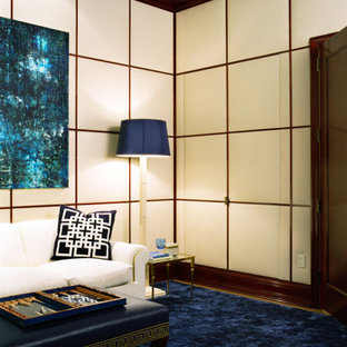 ニューヨークのトラディショナルスタイルのおしゃれなファミリールーム (ベージュの壁、カーペット敷き、青い床) の写真