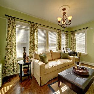ニューヨークの大きいトラディショナルスタイルのおしゃれな独立型ファミリールーム (ゲームルーム、緑の壁、無垢フローリング、暖炉なし、テレビなし、茶色い床) の写真