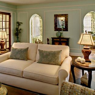 Ispirazione per un grande soggiorno classico chiuso con pareti verdi, nessuna TV, sala giochi, pavimento in legno massello medio, nessun camino e pavimento marrone