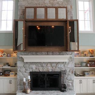 ボルチモアの中サイズのモダンスタイルのおしゃれなファミリールーム (青い壁、無垢フローリング、標準型暖炉、石材の暖炉まわり、内蔵型テレビ、茶色い床) の写真