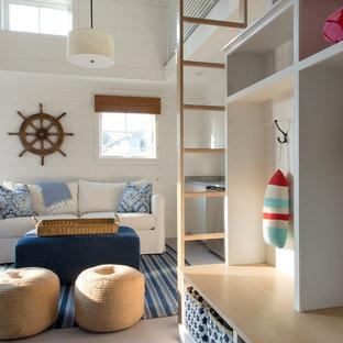Foto di un soggiorno stile marino di medie dimensioni con pareti bianche e pavimento in legno verniciato