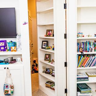 Ejemplo de sala de juegos en casa tradicional renovada, sin chimenea, con paredes blancas, suelo de madera oscura, televisor colgado en la pared y suelo marrón
