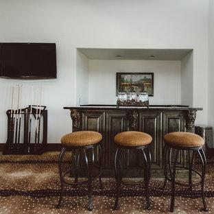 Idee per un ampio soggiorno design con sala giochi, pareti bianche, moquette e TV a parete